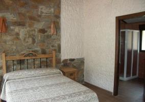 Dormitorio de matrimonio y aseo en el mismo espacio