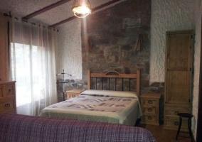 Dormitorio de matrimonio y sillones frente a la cama