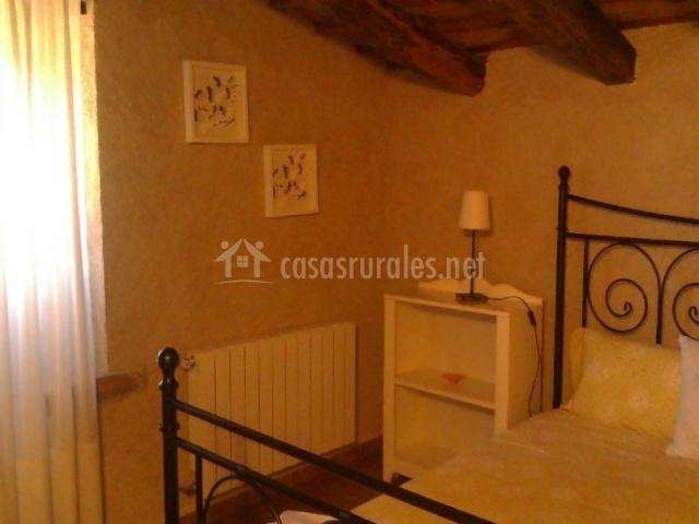 Dormitorio con techos de madera muy elegante