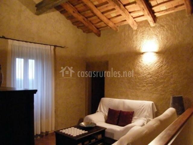 Sala de estar con sillones y cojines burdeos