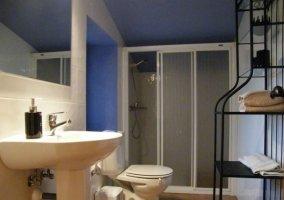 Aseo en blanco y azul con juegos de toallas