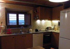 Cocina completa con ventana central