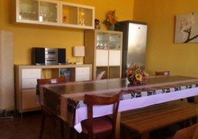Comedor con paredes de color amarillo