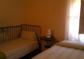 Dormitorio con colchas de rayas