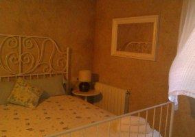 Dormitorio de matrimonio en tonos claros y blancos