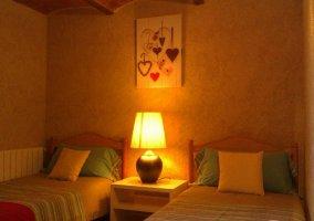 Dormitorio decorado con tonos alegres y dos camas