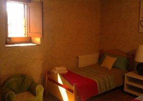 Dormitorio decorado con tonos alegres