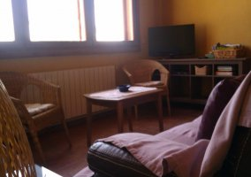 Sala de estar con sillones frente a la ventana