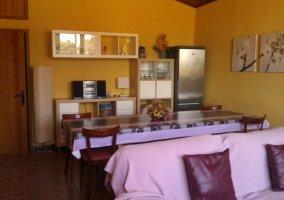 Sala de estar y comedor con minicadena