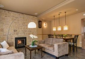 Sala de estar y comedor con chimenea en el frente