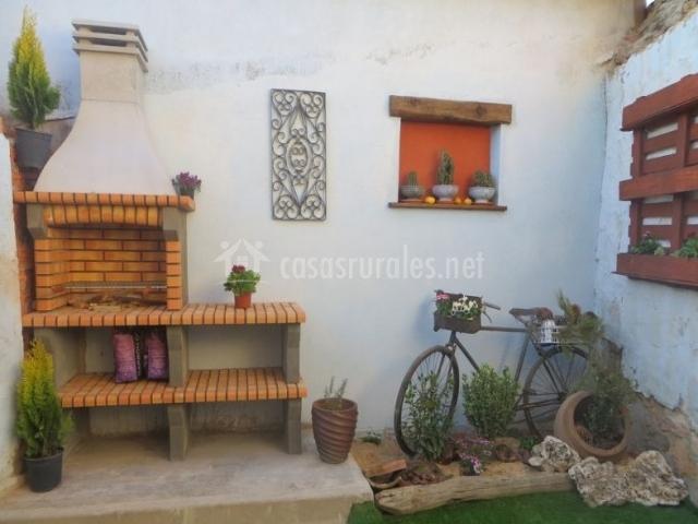 Acceso a la terraza con bicicleta decorativa