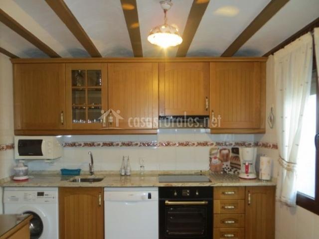 Cocina con armarios de madera y electrodomésticos