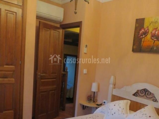 Dormitorio de matrimonio con lámpara de techo