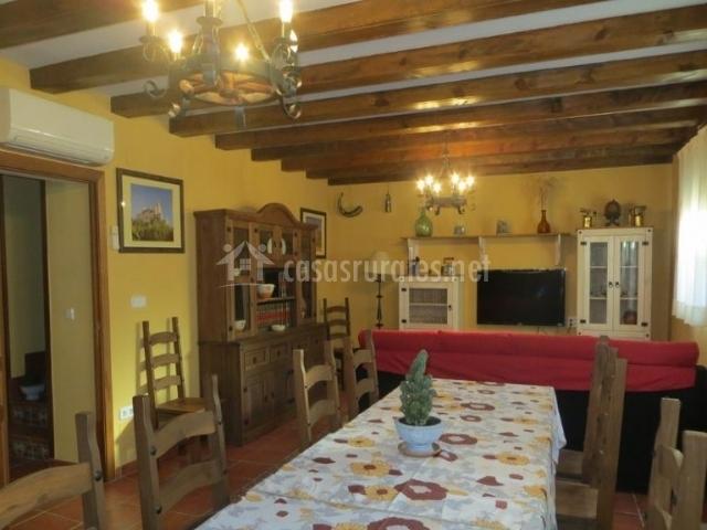 Sala de estar y comedor con aire acondicionado