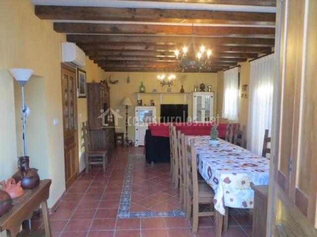 Sala de estar y comedor con mesa y sillones