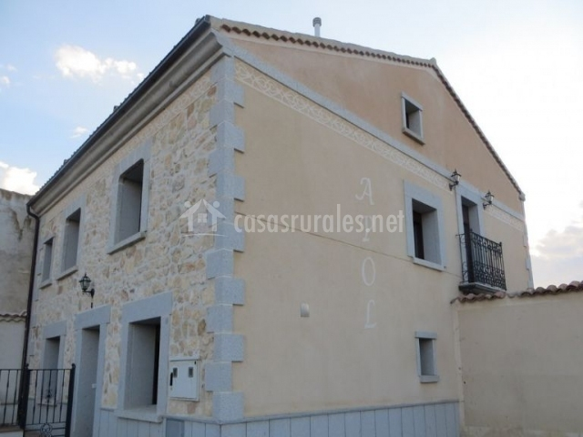 Vistas de la fachada con nombre de la casa