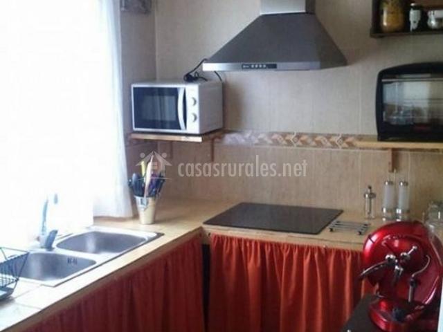 Cocina muy luminosa con detalles rojos