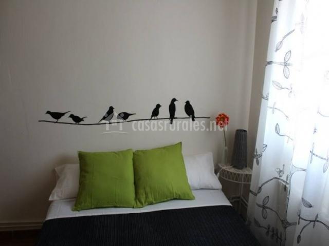 Dormitorio de matrimonio con vinilo de pájaros