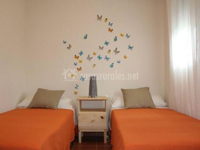 Dormitorio doble con vinilo de mariposas