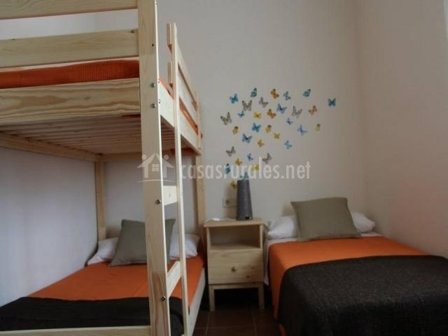 Dormitorio triple con vinilo de mariposas
