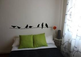 Dormitorio de matrimonio con vinilo de cáctus
