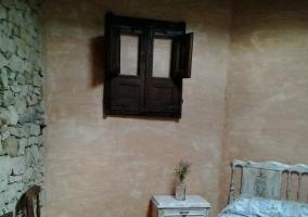 Dormitorio decorado con mesilla en blanco
