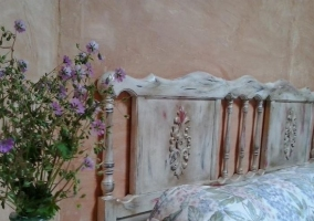 Dormitorio decorado con plantas moradas