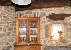 Sala de estar con gran chimenea en su parte central