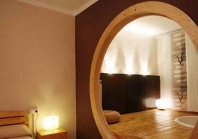 Dormitorio con detalles en madera