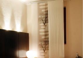 Dormitorio con su jacuzzi y ventana abierta