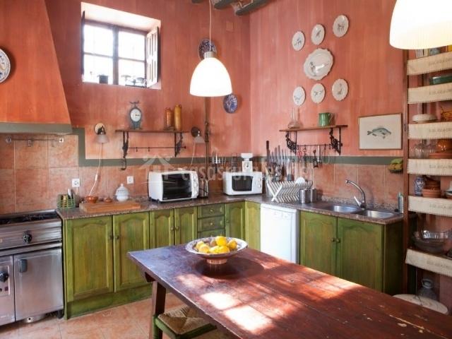 Cocina rústica con mesa de madera en el centro