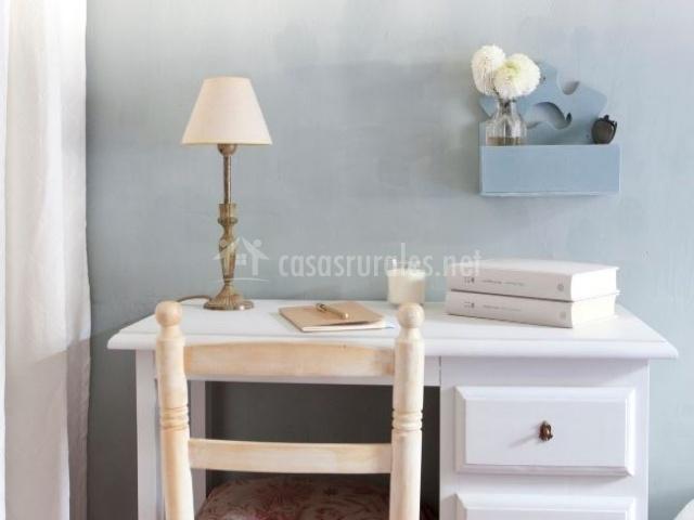 Dormitorio con dos camas y escritorio de la planta alta sin aseo