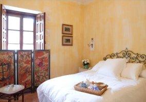 Dormitorio de matrimonio con aseo en la planta alta