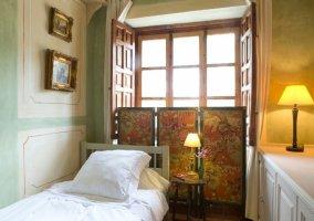 Dormitorio individual de la planta alta con aseo