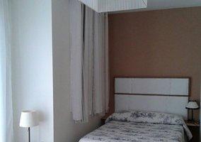 Dormitorio de matrimonio de la planta alta con balcones