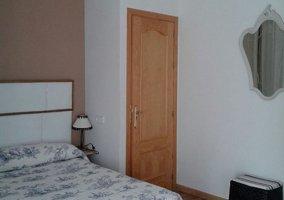 Dormitorio de matrimonio de la planta alta y espejo