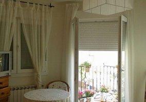 Dormitorio de matrimonio de la planta alta y sus balcones