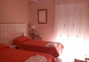 Dormitorio doble rojo de la planta alta con camas