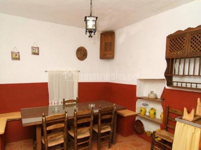 Cocina comedor con mesa de madera
