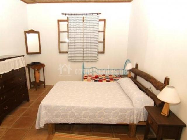 Dormitorio de matrimonio con muebles