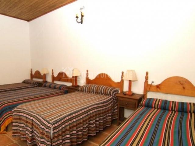 Dormitorio para cinco con cabeceros de madera