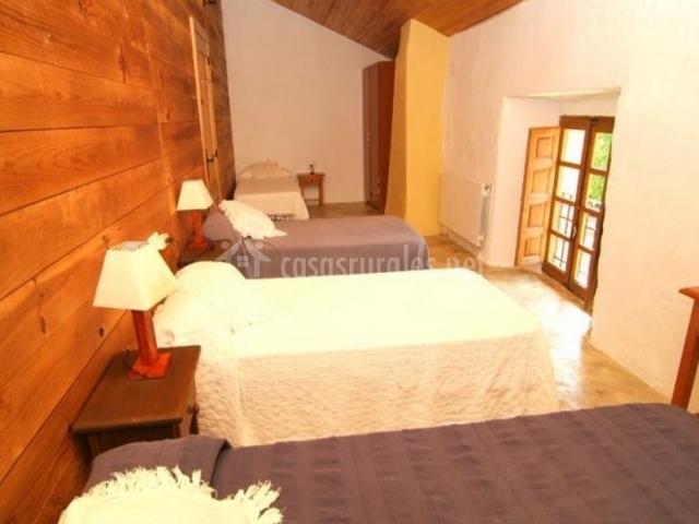 Dormitorio para cuatro con camas individuales y armario