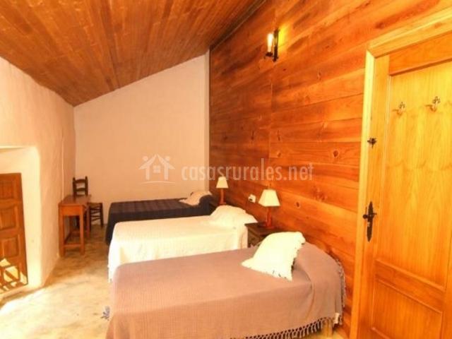 Dormitorio para cuatro con camas individuales y cojines