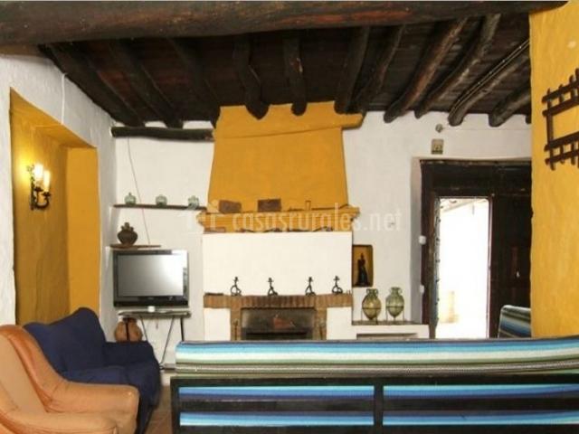 Sala de estar con chimenea y detalles amarillos