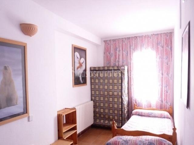 Dormitorio doble con camas enfrentadas