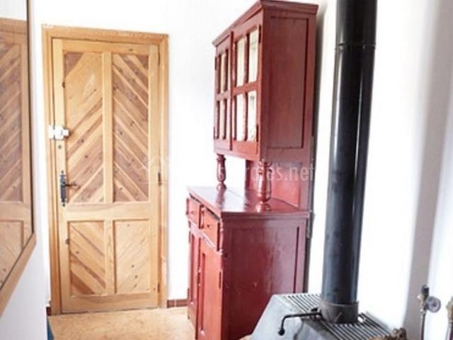 Entrada a la casa con muebles restaurados