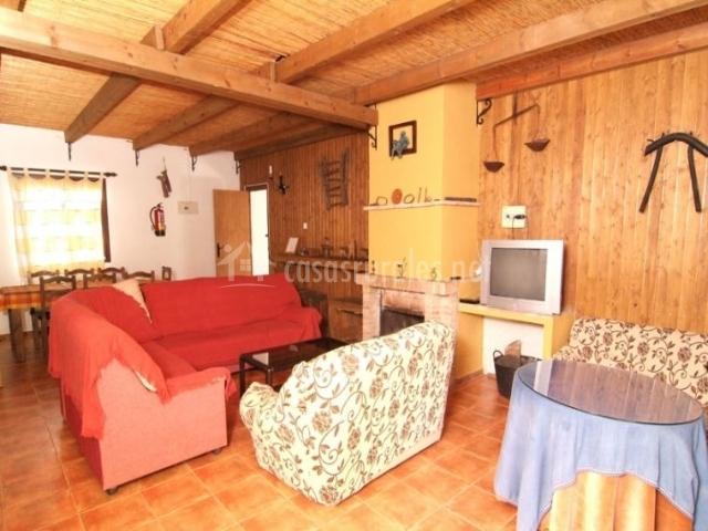 Sala de estar rústica con sillones