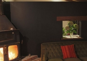 Sala de estar abuhardillada con chimenea