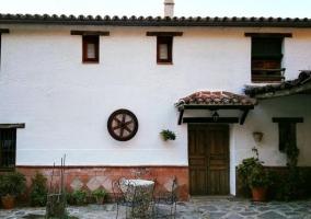 Acceso a la casa por fachada en blanco
