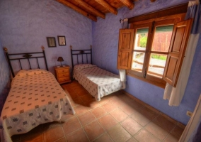 Dormitorio con pared morada y ventanas